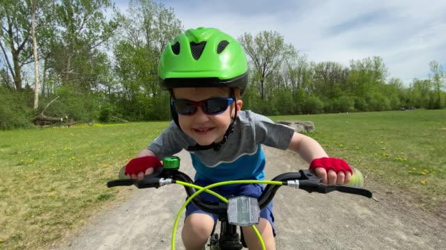 森の中のかわいい子供サイクリング - サイクリングロード点の映像素材/bロール