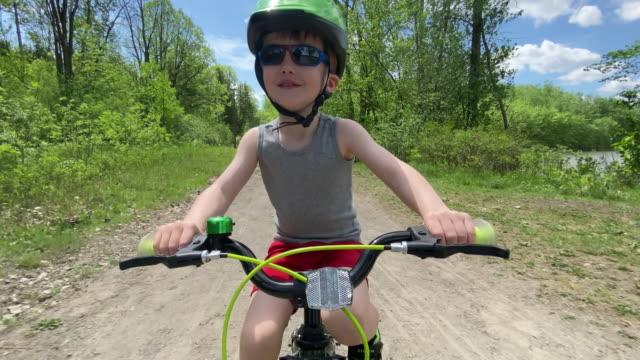 stockvideo's en b-roll-footage met leuk jong geitje dat in het bos fietst - vrijetijdsbesteding