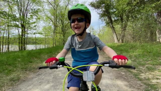 彼の母親と森の中でかわいいキッドサイクリング - サイクリングロード点の映像素材/bロール