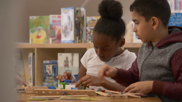 vídeos de stock e filmes b-roll de cute kids playing with toys - jogo de lazer