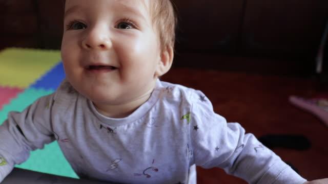 vídeos y material grabado en eventos de stock de lindo niño en pijama de pie por primera vez en apartamento temprano en la mañana - cabello castaño