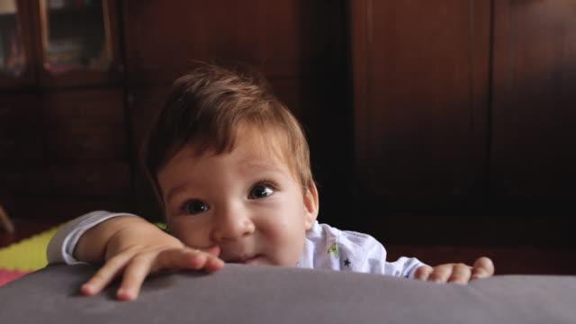 vídeos y material grabado en eventos de stock de lindo niño de pie por primera vez en el apartamento - cabello castaño