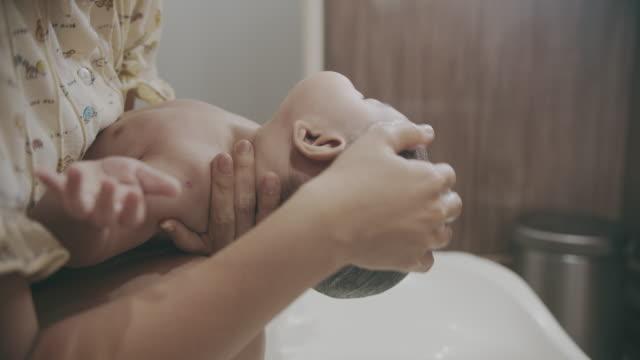 vidéos et rushes de petit garçon mignon de chéri prenant un bain dans la baignoire - baignoire