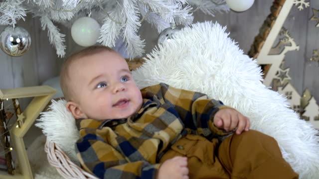 nettes kleines baby junge - ein männliches baby allein stock-videos und b-roll-filmmaterial