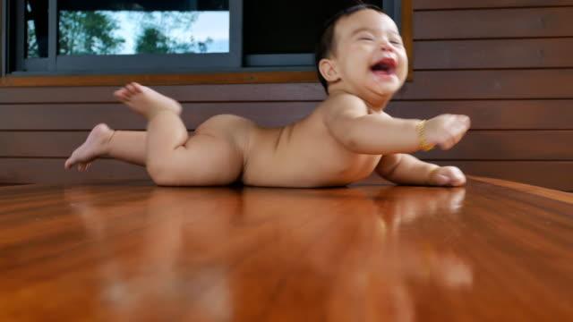かわいい赤ちゃん女の子彼女の胃の上に横たわると、笑みを浮かべて - 生後1ヶ月点の映像素材/bロール