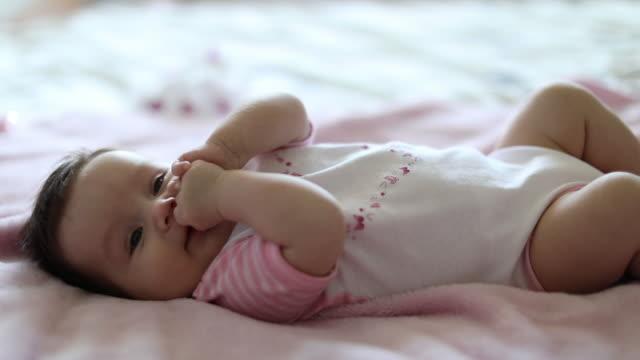 Schattige kleine baby roze deken van ouders bed opleggen