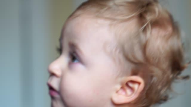 かわいい小さな赤ちゃんを見てテレビ - 横顔点の映像素材/bロール