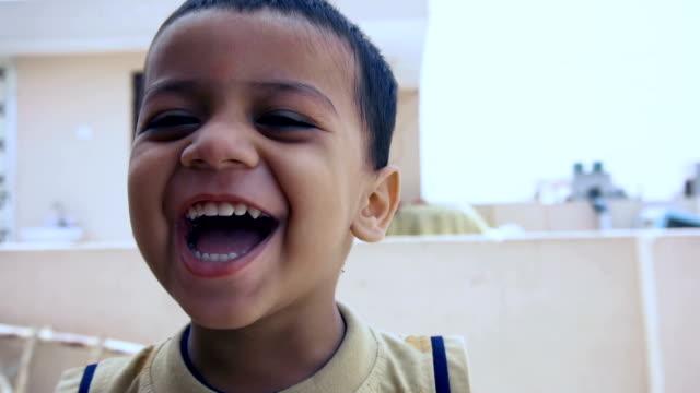スローモーションビデオで笑うかわいい男の子 - indian ethnicity点の映像素材/bロール