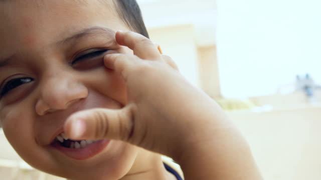 vídeos de stock, filmes e b-roll de rapaz pequeno bonito que ri no vídeo do slow motion - criança pré escolar