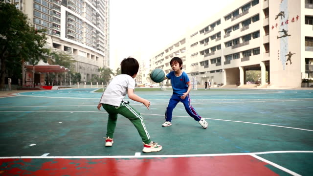 vídeos de stock e filmes b-roll de cute little boy playing basketball - guidance