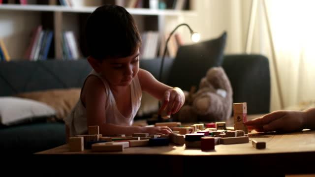vídeos de stock e filmes b-roll de cute little boy - infantário