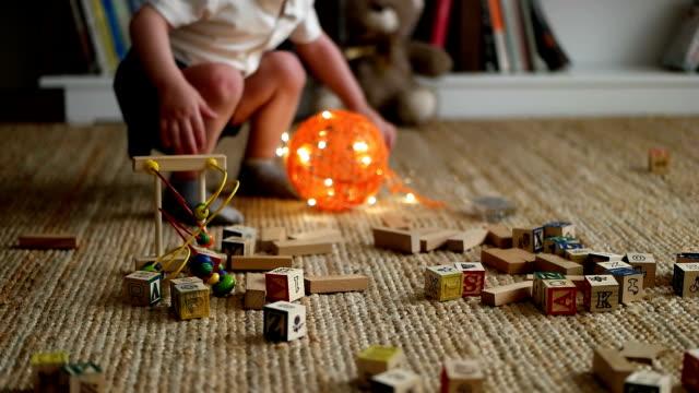 vídeos de stock e filmes b-roll de cute little boy - edifício de infantário