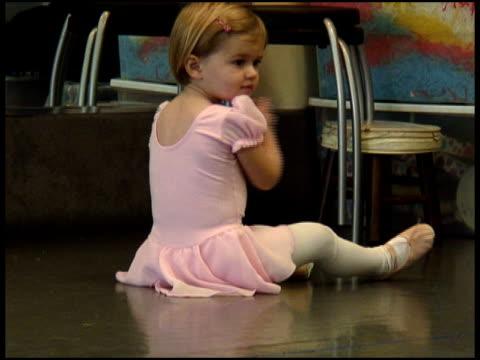 vídeos y material grabado en eventos de stock de linda chica poco de las palmas - ballet shoe
