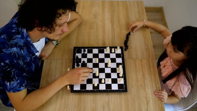 vídeos y material grabado en eventos de stock de linda hija pequeña y su joven padre están jugando ajedrez juntos - father day