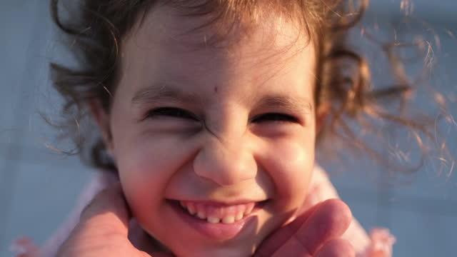 vidéos et rushes de mignon petite fille embrasser le jeune père - famille avec un enfant