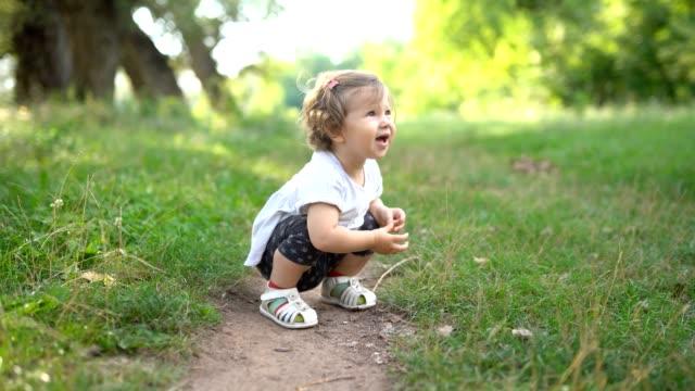 vídeos de stock e filmes b-roll de cute little explorer - exploration