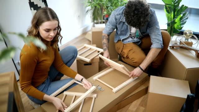 Mignonne petite famille assemblage meubles dans leur nouvelle maison