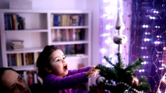 vidéos et rushes de mignonne petite fille et mère avec arbre de noël - famille monoparentale