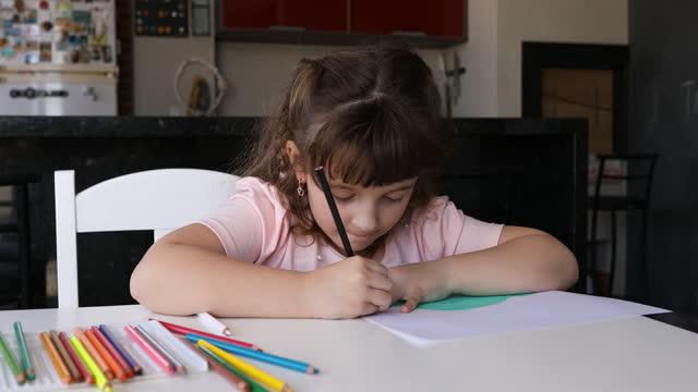 かわいい少女は彼女の図面を着色集中 - dia点の映像素材/bロール
