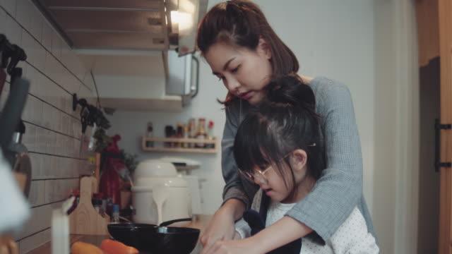 かわいい女の子のお母さんと自宅で料理 - 台所点の映像素材/bロール