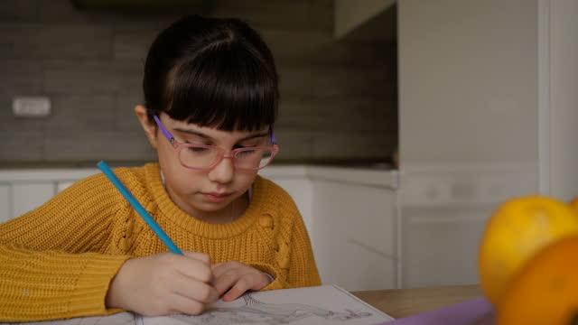 vidéos et rushes de dessin mignon de petite fille à la maison - 6 7 ans