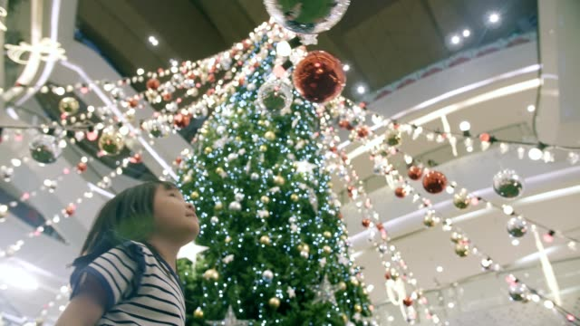 stockvideo's en b-roll-footage met cute little girl (4-5 jaar) opwinding in kerstmis festival - kerstversiering