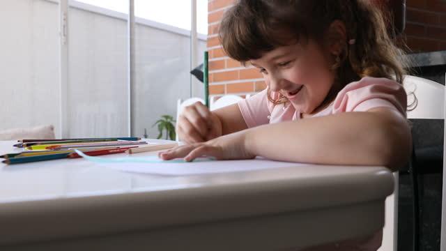 かわいい小さな女の子は描画しながら楽しんで - dia点の映像素材/bロール