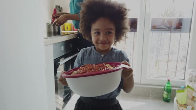 vídeos de stock, filmes e b-roll de menina bonito que ajuda na cozinha - almoço