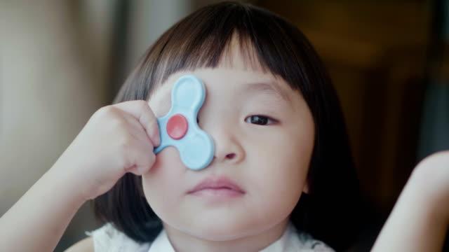かわいい女の子を顔を作る - 変な顔点の映像素材/bロール