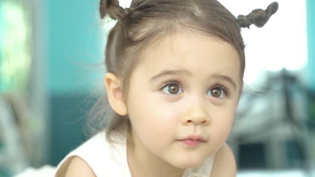 おもちゃ、ホームスクーリングのコンセプトを再生かわいい女の子 - 2歳から3歳点の映像素材/bロール