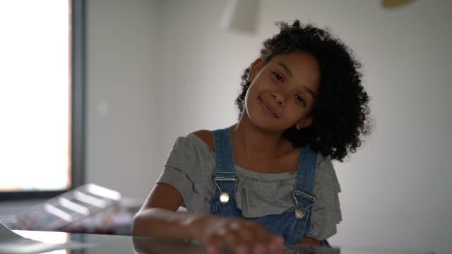 vídeos y material grabado en eventos de stock de linda niña retrato en casa - pardo brasileño