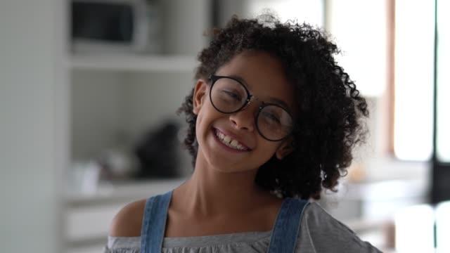 vídeos de stock, filmes e b-roll de retrato bonito da menina em casa - lente