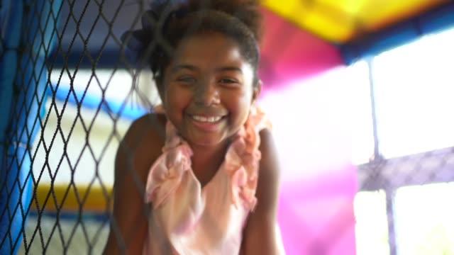 vídeos y material grabado en eventos de stock de lindo pequeño retrato de la muchacha en el patio - pardo brasileño