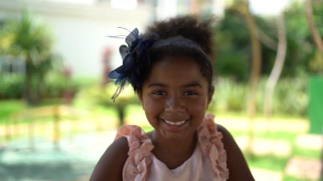 vídeos y material grabado en eventos de stock de cute poco niña retrato - pardo brasileño