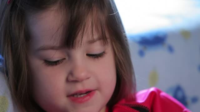 vidéos et rushes de jolie petite fille - nez humain