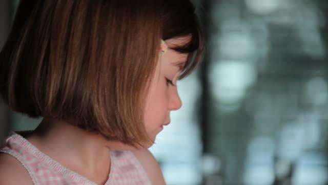 stockvideo's en b-roll-footage met cute little girl - menselijke neus