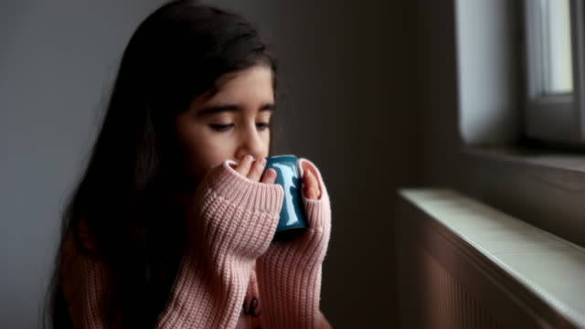 vídeos de stock e filmes b-roll de cute little girl with a cup by the window - sonhar acordado