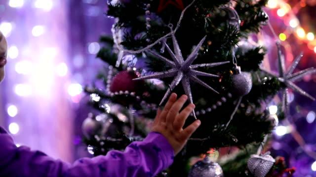 Niedliche kleine Mädchen mit Weihnachtsbaum