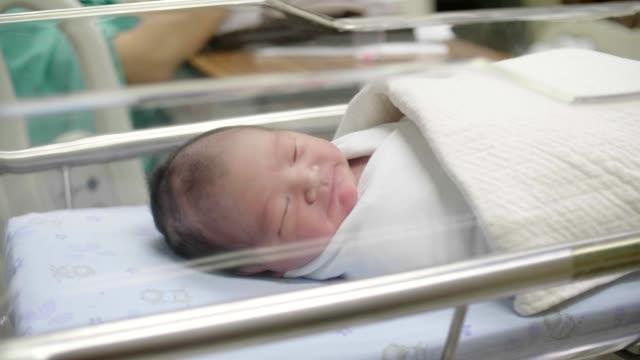 vídeos y material grabado en eventos de stock de lindo niño recién nacido (0-1 meses) durmiendo - recién nacido 0 1 mes