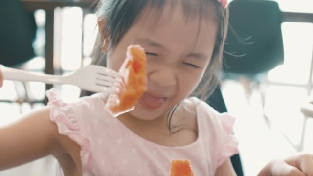 スイカのスライスを食べるかわいい幼児 - 噛む点の映像素材/bロール