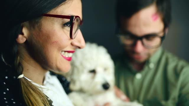 vidéos et rushes de joli nerd famille avec leurs blanc à motifs de caniches - décalé
