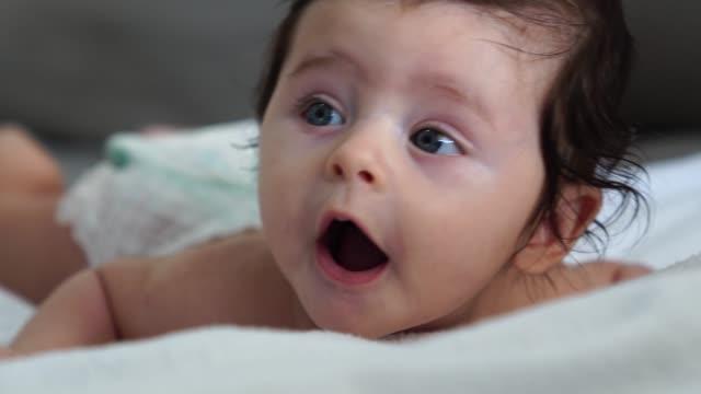 vídeos de stock, filmes e b-roll de lindo bebê recém-nascido - babies only