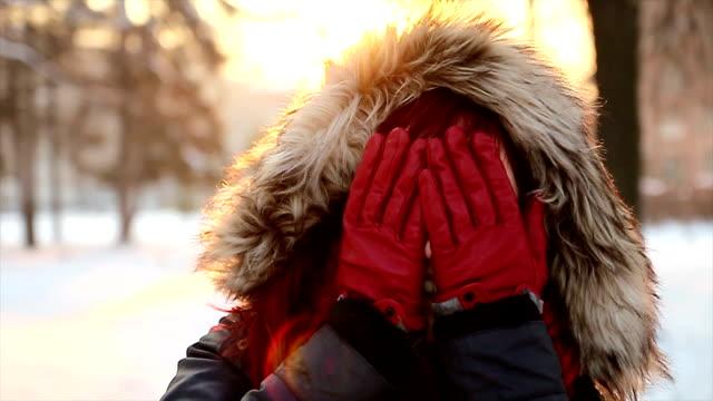niedlich roten kopf frau genießen sie in der sonnig winter tag - joy stock-videos und b-roll-filmmaterial
