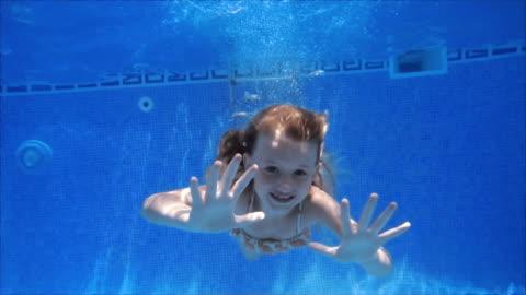 vidéos et rushes de fille mignonne natation en slow motion - une seule petite fille