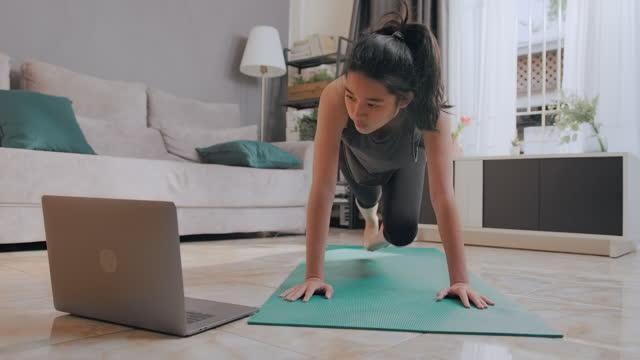 vídeos de stock, filmes e b-roll de uma adolescente bonita fazendo fisioterapia de montanhismo com telemedicina. - exame