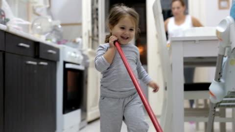 vídeos y material grabado en eventos de stock de lindo niño limpieza de la cocina - clean