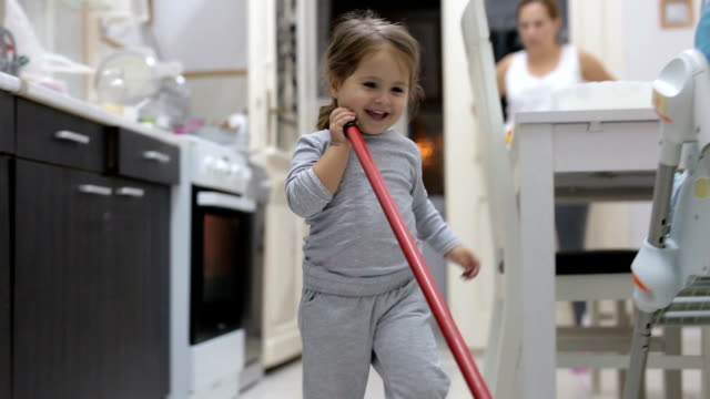 vídeos de stock e filmes b-roll de cute toddler cleaning the kitchen - limpo