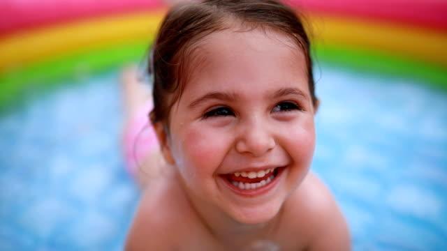 スイミング プールでかわいい幼児の女の子 - 幼児点の映像素材/bロール