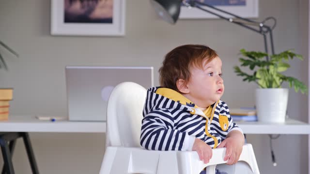vídeos de stock e filmes b-roll de cute  toddler sitting in high chair - só um bebé menino