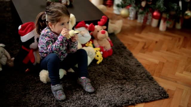 niedlichen kleinkind auf dem teppich vor dem fernseher sitzen - saugen mund benutzen stock-videos und b-roll-filmmaterial